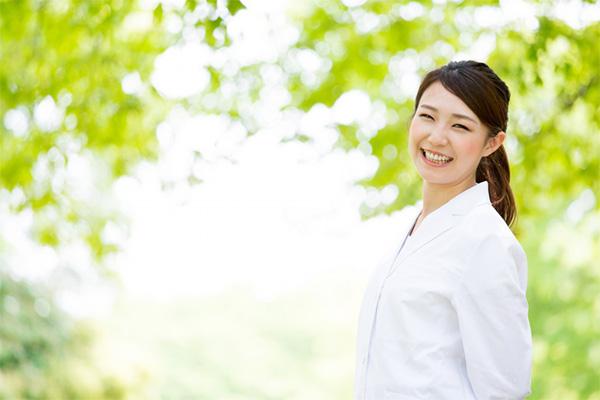 妊娠初期の注意点を言う女医