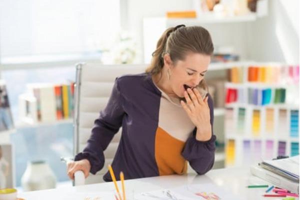 仕事中の眠気対策をする妊婦さん