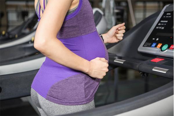 体重管理に歩く妊婦