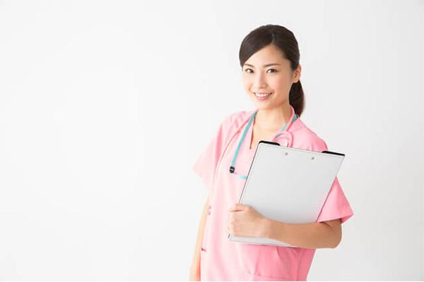 妊婦さんのむくみの原因を説明する医師