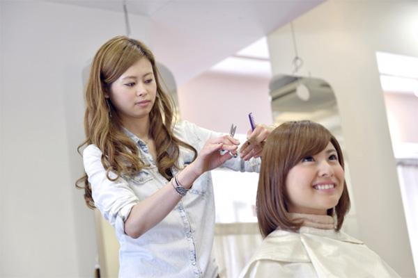 髪の毛をカットする妊婦
